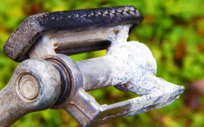 Не выбрасывайте старую педаль от велосипеда! Идея для самоделки