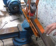 Чистим трубы болгаркой при помощи простой стойки